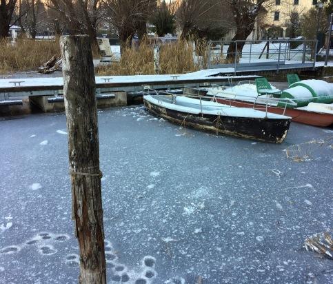 barche sul lago di Endine ghiacciato.jpg